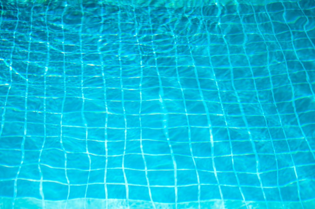 FARE IL BAGNO IN PISCINA ALL'APERTO - SWIM IN OUTDOOR SWIMMING POOL