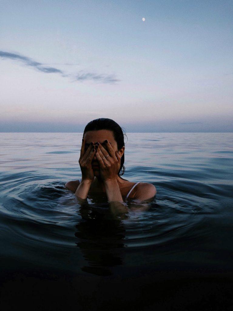 NUOTARE IN MARE DI NOTTE - SWIM IN THE SEA BY NIGHT